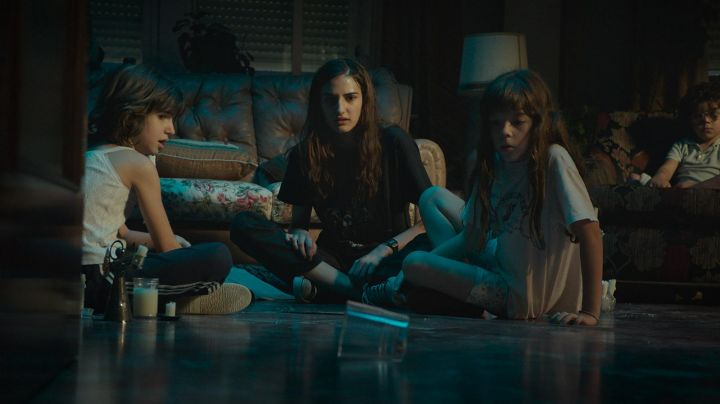 Sneakers low Converse in The film Verónica - Movie Outfits and Products