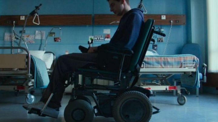 Sneakers low white in the film Patients - Movie Outfits and Products