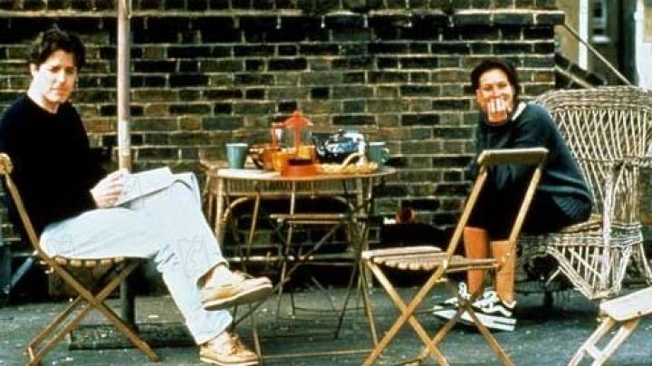 Sneakers on platform Anna Scott (Julia Roberts) fall in love at Notting Hill - Movie Outfits and Products