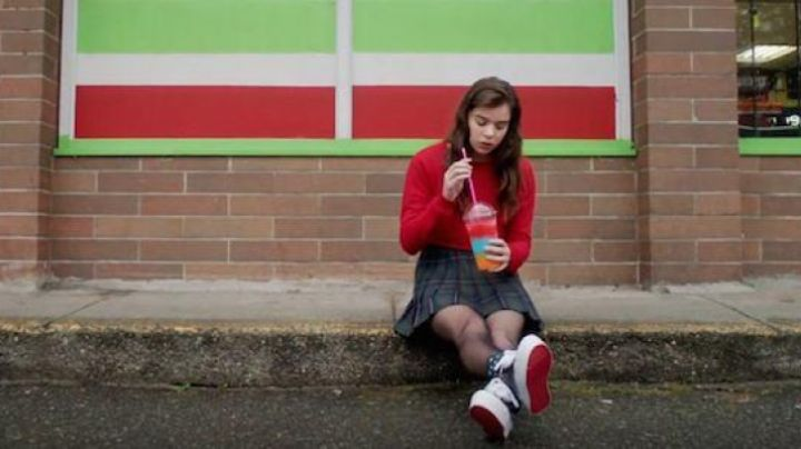 Sneakers to heels offset of Nadine Franklin (Hailee Steinfeld) in The Edge Of The Seventeen - Movie Outfits and Products