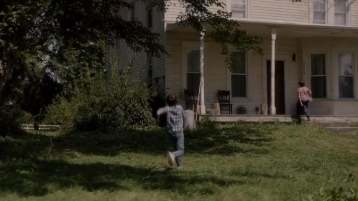 Sneakers white Dylan in Sinister 2 - Movie Outfits and Products
