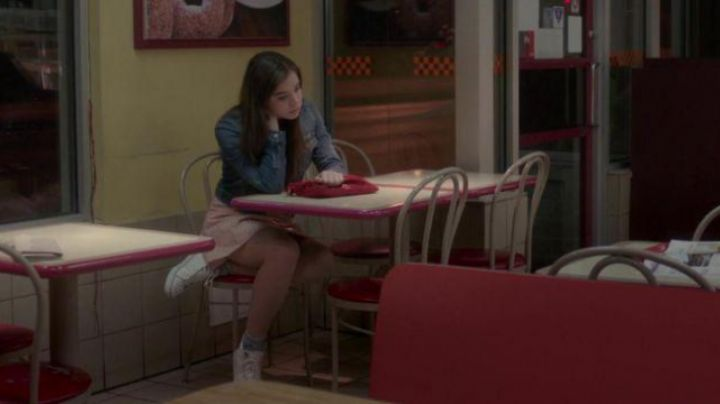 Sneakers white bass of Nadine Franklin (Hailee Steinfeld) in The edge of seventeen - Movie Outfits and Products