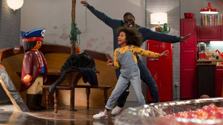 Sneakers white of Omar Sy in Tomorrow it All Starts - Movie Outfits and Products