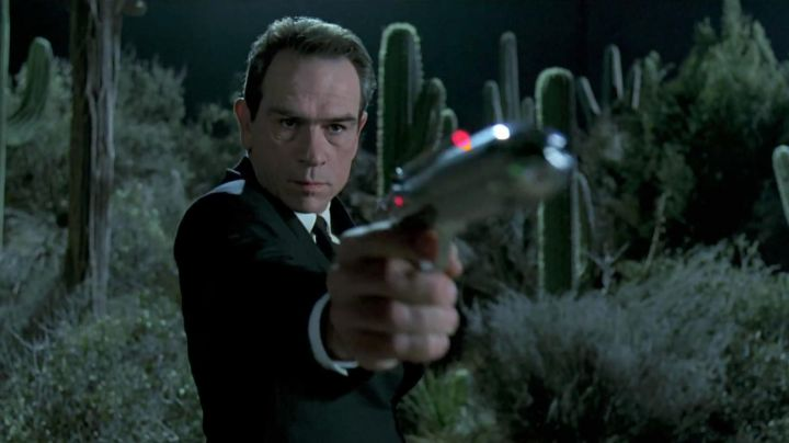 Standard Issue Agent Sidearm (J2) used by Kevin Brown / Agent K (Tommy Lee Jones) in Men in Black - Movie Outfits and Products