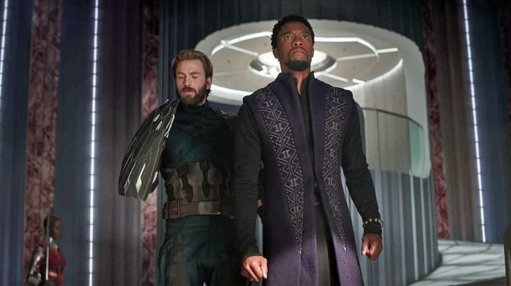 Steve Rogers / Captain America's (Chris Evans) shield  in Avengers: Infinity War - Movie Outfits and Products
