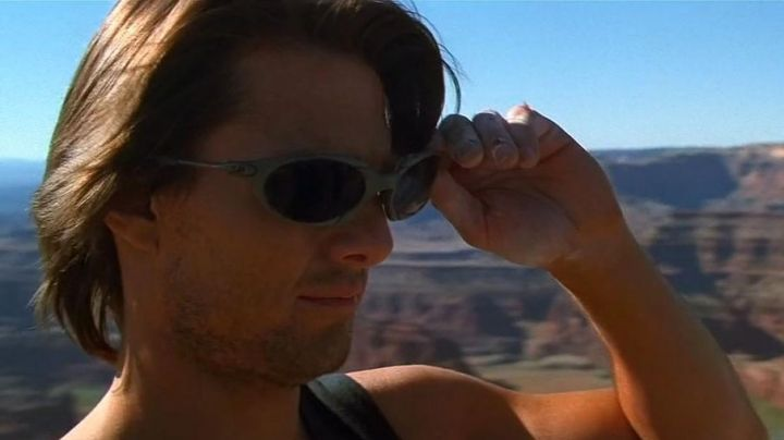 Sunglasses Oakley Romeo titanium Ethan Hunt (Tom Cruise) in Mission : Impossible II - Movie Outfits and Products