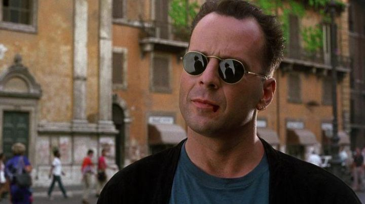Sunglasses Oliver Peoples of Eddie Hawkins (Bruce Willis) in Hudson Hawk - Movie Outfits and Products