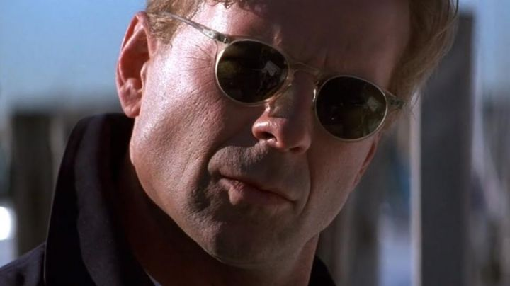 """Sunglasses Oliver Peoples of the """"Jackal"""" (Bruce Willis) in The Jackal - Movie Outfits and Products"""