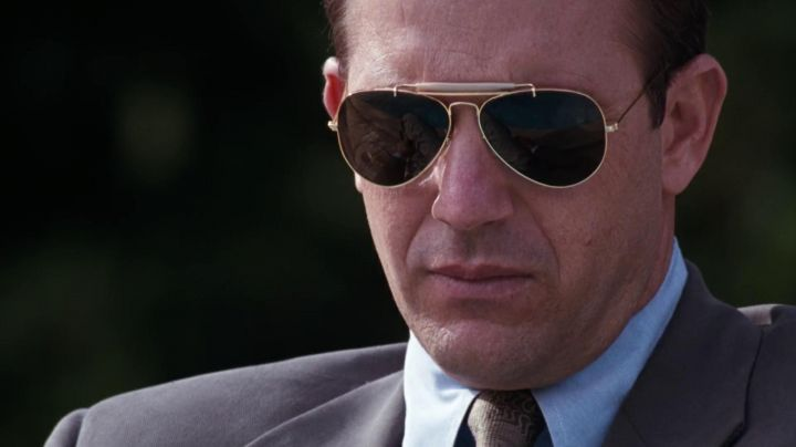 Sunglasses Ray-Ban Aviator Outdoorsman Frank Farmer (Kevin Costner) in Bodyguard - Movie Outfits and Products