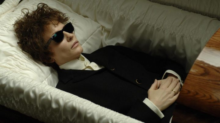 Sunglasses Ray-Ban Wayfarer Jude Quinn (Cate Blanchett) in I'm not There. - Movie Outfits and Products