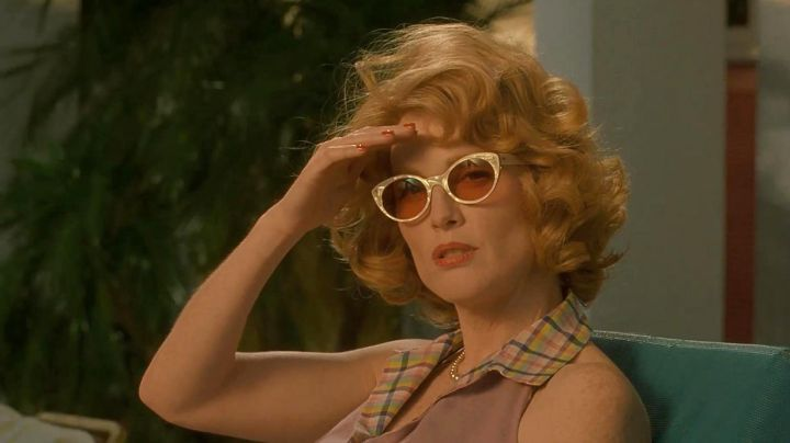 Sunglasses cat-eye vintage of Cathy Whitaker (Julianne Moore) in Far from the paradise - Movie Outfits and Products