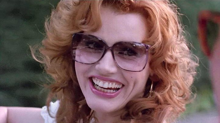 """Sunglasses oversize Thelma Dickinson (Geena Davis) in """" Thelma and Louise - Movie Outfits and Products"""