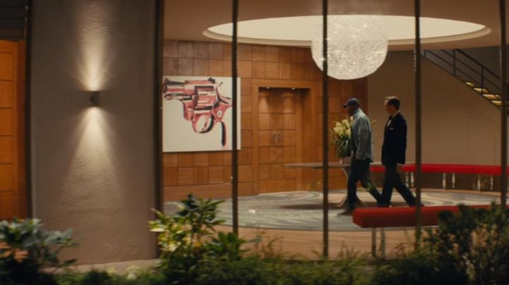 Table Gun by Andy Warhol at Richmond Valentine (Samuel L. Jackson) in Kingsman : the Secret Service - Movie Outfits and Products