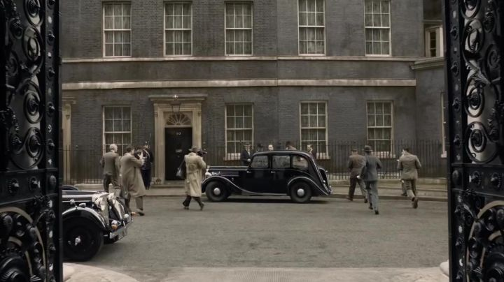 The 10 Downing Street in London in The dark hours - Movie Outfits and Products