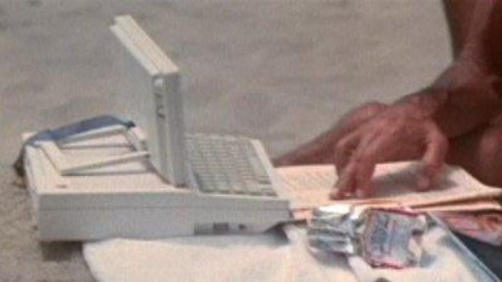 The Apple IIc of Dr. Heywood Floyd in 2010 : the Year of The first contact - Movie Outfits and Products