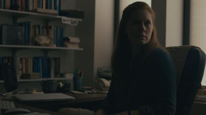 The Apple MacBook Pro of Dr. Louise Banks (Amy Adams) in first Contact - Movie Outfits and Products