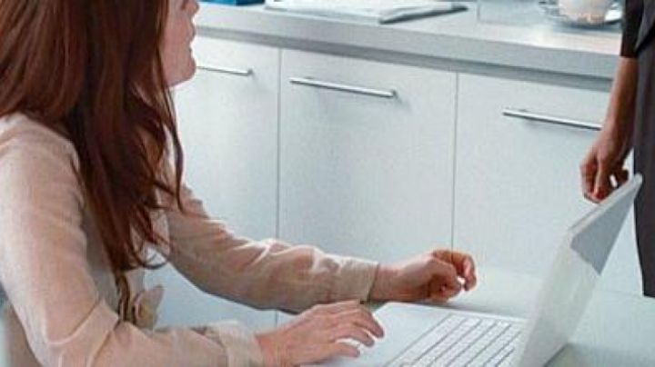 The Apple Macbook Catherine (Julianne Moore) in Chloe - Movie Outfits and Products