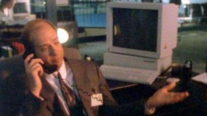 The Apple Macintosh II from the FBI in Like a bird on the branch - Movie Outfits and Products
