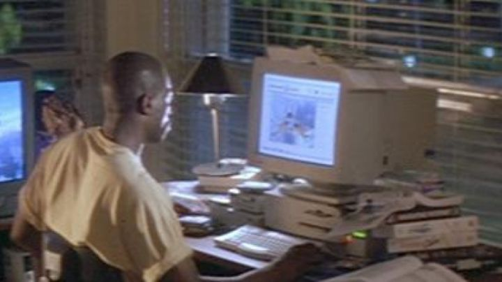 The Apple Macintosh Quadra 650 to Pete in the Drop Zone - Movie Outfits and Products