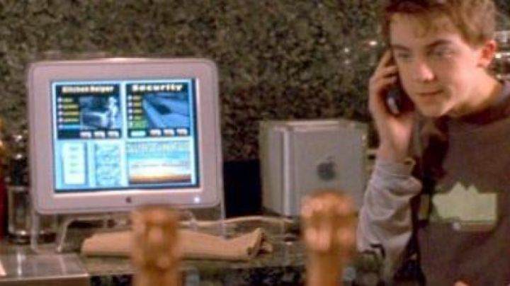 The Apple Power Mac G4 Cube of Marty Wolf (Paul Giamatti) in Nasty Liar - Movie Outfits and Products