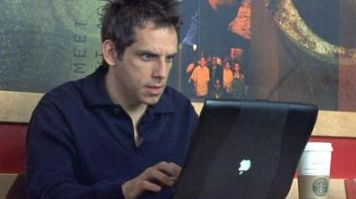 The Apple PowerBook G3 Alex (Ben Stiller) in A duplex for three - Movie Outfits and Products