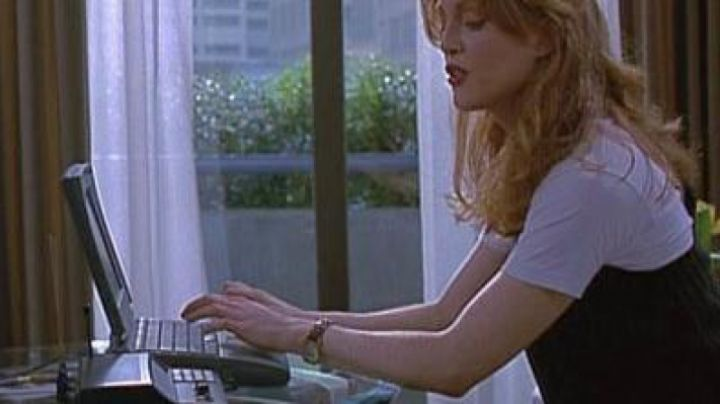 The Apple Powerbook 540c Electra (Julianne Moore) in Assassins - Movie Outfits and Products
