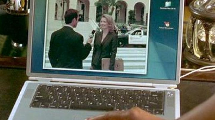 The Apple Powerbook G4 of Peter Sanderson (Steve Martin) in the Bronx to Bel-Air - Movie Outfits and Products