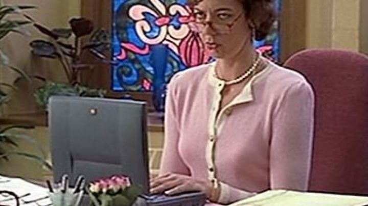 The Apple Powerbook Ms. Perky in 10 good reasons for you to drop - Movie Outfits and Products