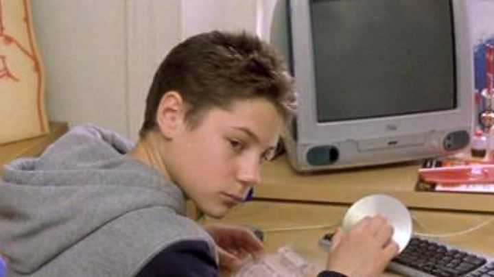 The Apple iMac G3 Ali (Augustus Prew) in For a boy - Movie Outfits and Products