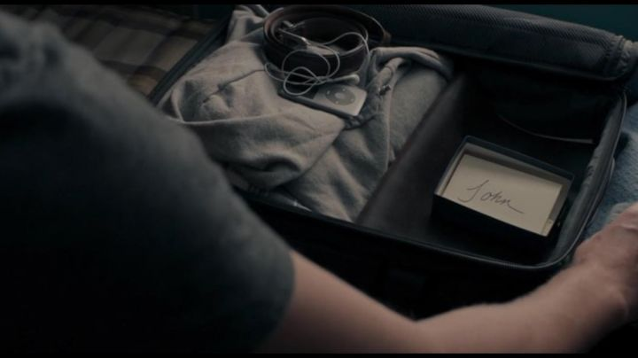 The Apple iPod seen in The Hollars - Movie Outfits and Products