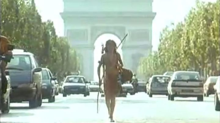 The Arc de Triomphe-year background of Mimi-Siku (Ludwig Briand) in An Indian in the city - Movie Outfits and Products