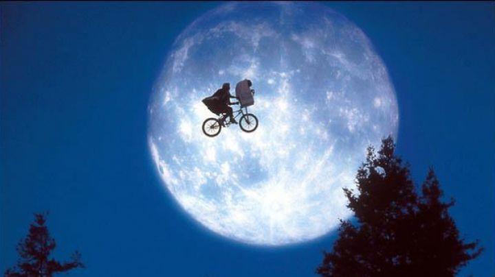 The BMX bike of Elliot (Henry Thomas) in E. T. The Extra-terrestrial - Movie Outfits and Products