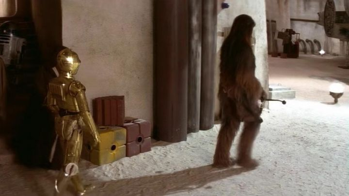 The Bowcaster of the Wookiee in Star Wars IV : A new hope - Movie Outfits and Products