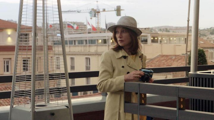 The Camera instant photo Fujifilm Instax Mini 70 Claire (Isabelle Huppert) in The camera to Clear - Movie Outfits and Products