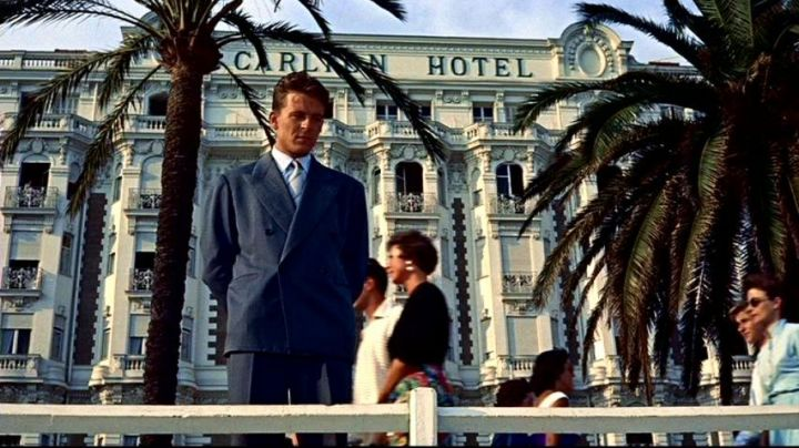 The Carlton Hotel in Cannes in the hand at The collar of Alfred Hitchcock - Movie Outfits and Products