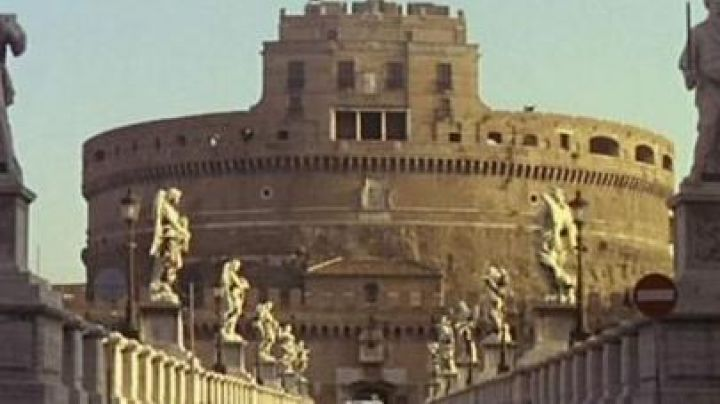 The Castel Sant'angelo in Rome in the film le Corniaud - Movie Outfits and Products