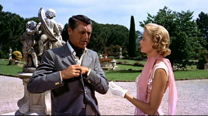 """The Castle of Croix-des-Gardes in Cannes renamed the """"Sanford Villa"""" in the hand at The collar of Alfred Hitchcock - Movie Outfits and Products"""