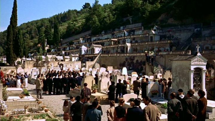 The Cemetery Old from Cagnes-sur-mer in hand in The collar of Alfred Hitchcock - Movie Outfits and Products