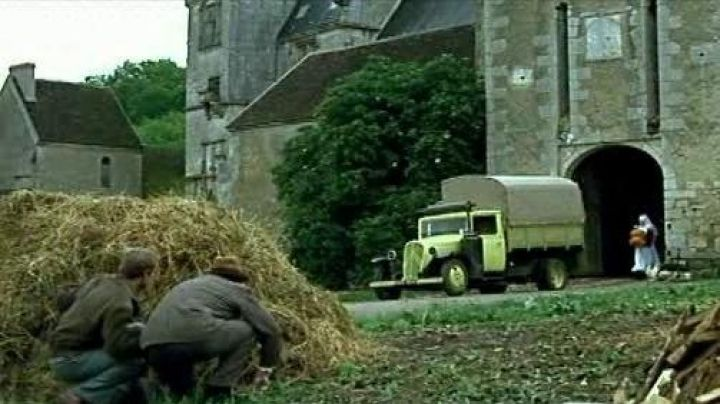 The Château de Faulin in Burgundy and the theft of the pickup truck in La Grande Vadrouille - Movie Outfits and Products
