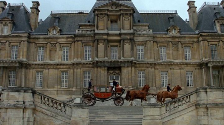 The Château de Maisons-Laffitte, home of Madame de Rosemonde in the movie dangerous liaisons - Movie Outfits and Products
