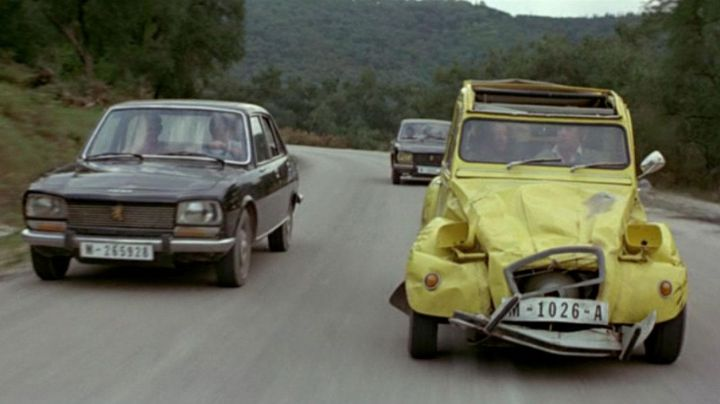 The Citroen 2CV yellow James Bond (Roger Moore) for your eyes only - Movie Outfits and Products