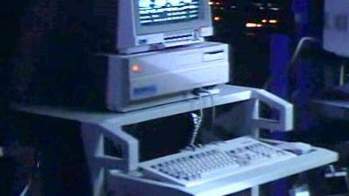 The Commodore Amiga 2000 of Vater motion pictures such as blinker (Heiner Lauterbach) in Bodo - Eine ganz normale Familie - Movie Outfits and Products