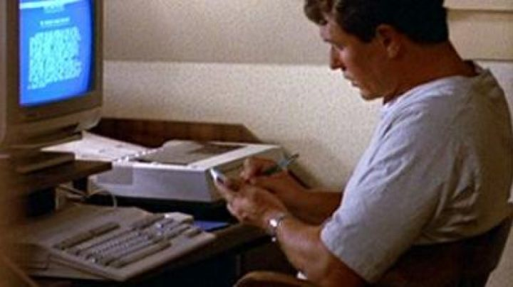 The Commodore Amiga 500 Gary Simmons (Tom Berenger) in The right Hand of the devil - Movie Outfits and Products
