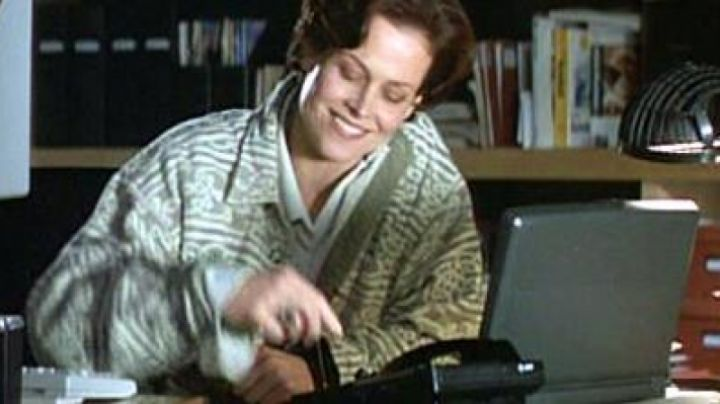 The Compaq Contura 4/25cx Helen Hudson (Sigourney Weaver) in Copycat - Movie Outfits and Products