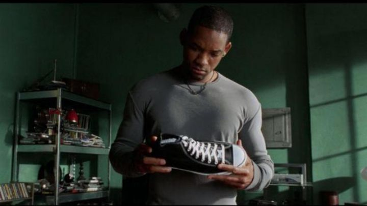 The Converse Chuck Taylor black high tops officer Del Spooner (Will Smith) in I, Robot - Movie Outfits and Products