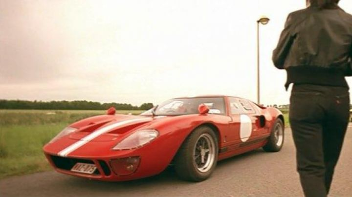 The Ford GT40 red in Dikkenek - Movie Outfits and Products
