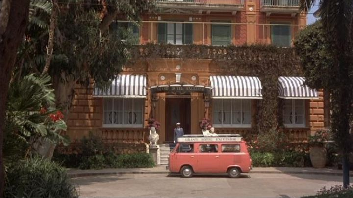 The Grand Hotel Excelsior Piazza Tasso 34 in Italian in Avanti ! - Movie Outfits and Products