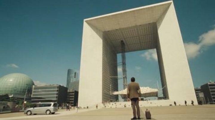 The Grande Arche de la Défense in The holidays of Mr Bean - Movie Outfits and Products