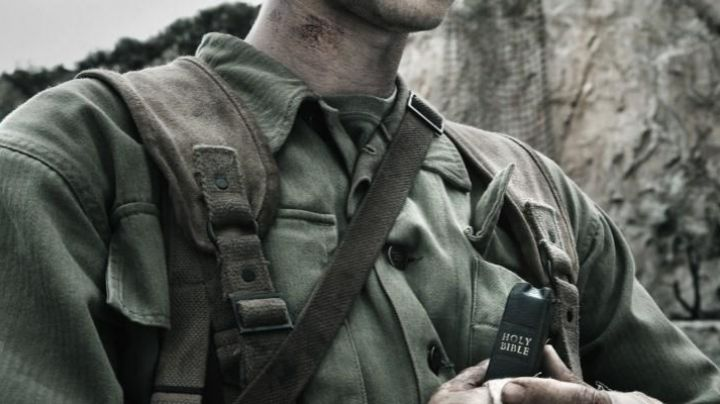 The Holy Bible of the years 40 of Desmond T. Doss (Andrew Garfield) in Thou shalt not kill - Movie Outfits and Products