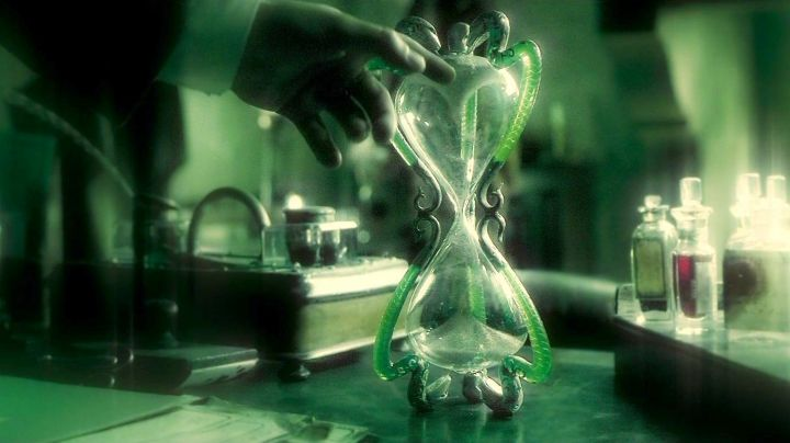 The Hourglass of professor Horace Slughorn (Jim Broadbent) in Harry Potter and the half-blood Prince Movie
